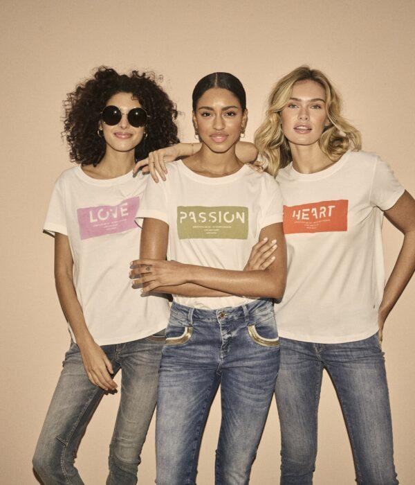 136410 Chérie O-SS Tee - 137110 Naomi Ida Shade Jeans - 136410 Chérie O-SS Tee - 137400 Naomi Wave Jeans - 136410 Chérie O-SS Tee - 138250 Sumner Premium Jeans